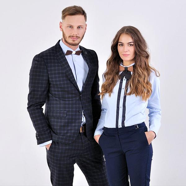 Muž a žena v elegantních oblecích a motýlcích BeWooden