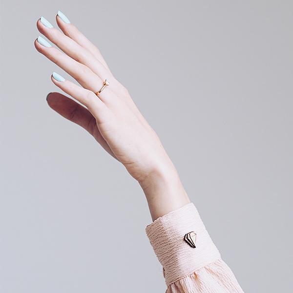 Dámská ruka v růžové košili s ozdobou Diamond Lapel